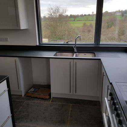 L shaped corner for a bespoke kitchen combining cooker and sink