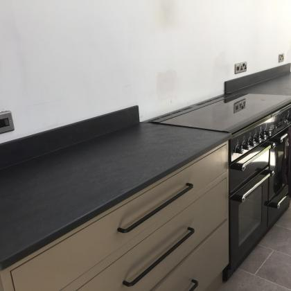 Double cooker with double sided dark grey sink surround