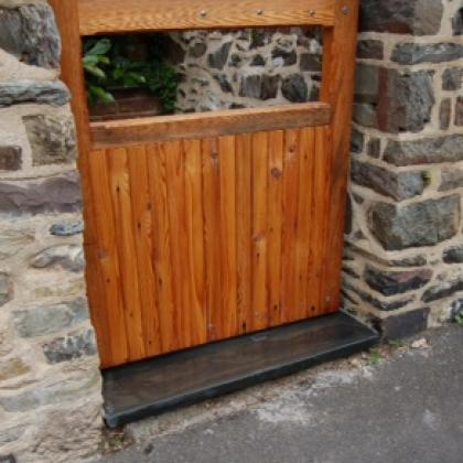 Traditional gate slate step